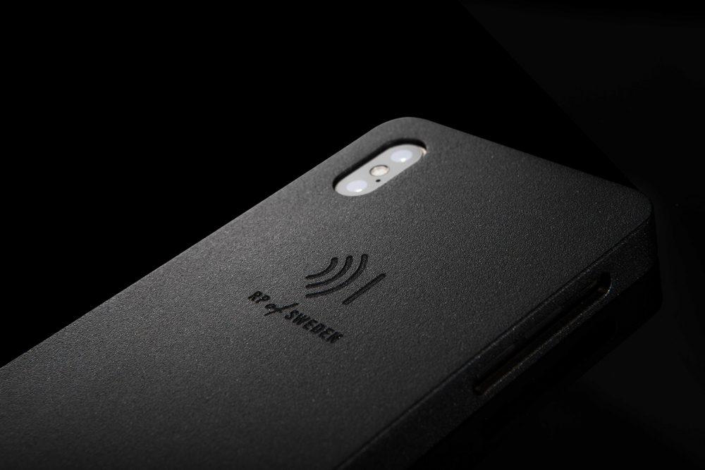 Strålningsskyddande mobilskal, night black, i svart aluminium från RP of Sweden