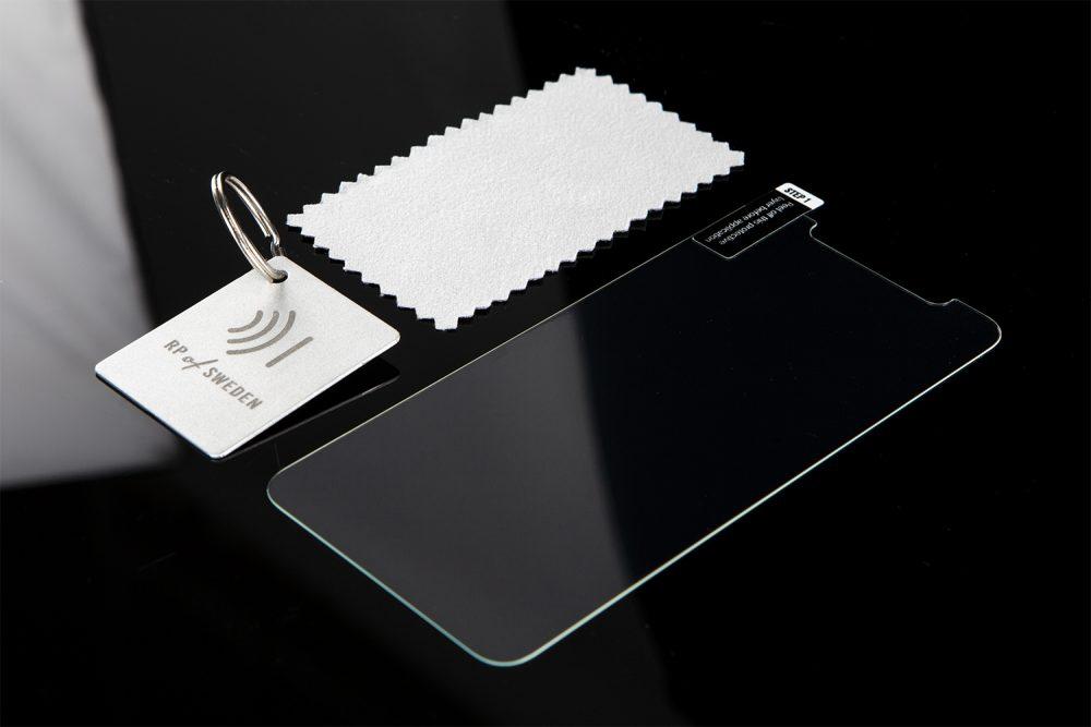 Vid köp av mobilskal medföljer skärmskydd i glas, putsduk och nyckelring